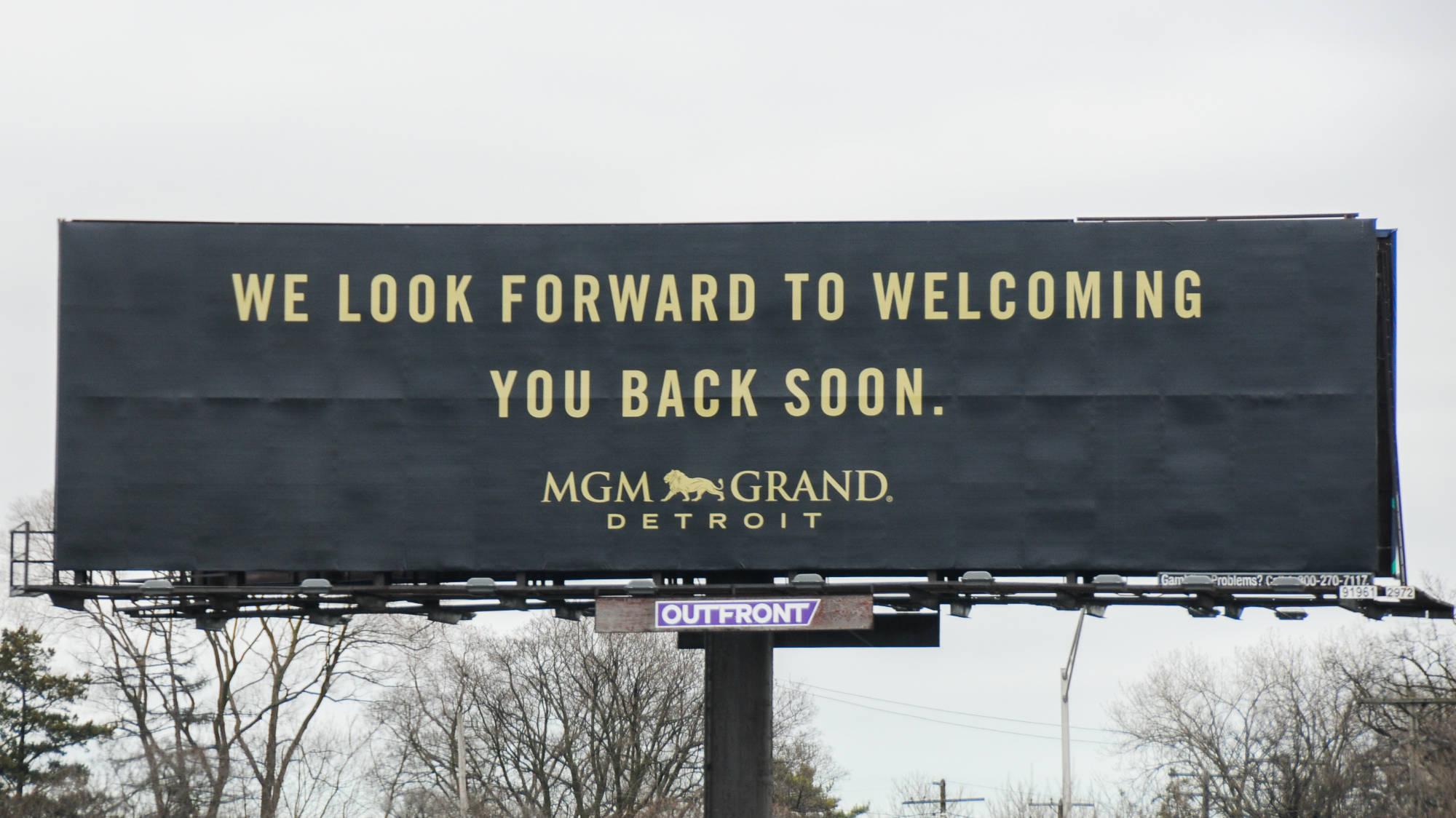 Pesan virus Corona di papan reklame di MGM Grand Detroit
